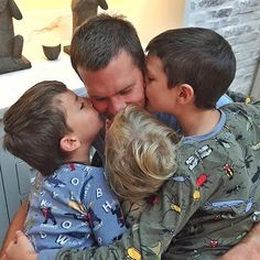 """Gisele Bündchen captioned this adorable photo of Tom Brady and their kids, """"Happy Father's Day! We love you! Tom Brady Birthday, Tom Brady And Gisele, Gisele Bündchen, The Brady Bunch, 19 Kids And Counting, Sweet Messages, Ryan Reynolds, Celebrity Dads, Beach Photos"""