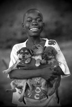 """""""In the Midst of Darkness, Light"""" by Alfredo Cunha (""""No meio da escuridão, a luz"""" Fotografias de Alfredo Cunha) that's my kind of smile, three puppies, woot! Beautiful Smile, Beautiful Children, Black Is Beautiful, Smile Face, Make Me Smile, Cute Kids, Cute Babies, Smiles And Laughs, Baby Kind"""