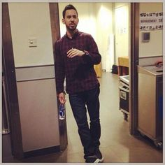 Mike Shinoda - Linkin Park. sexy pose mike. very sexy.