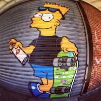 vi esta imagens de bart simpsons um desenho que mostra muito do skateboard um skatista e grafiteiro, desenhado em uma porta de ferro de um comercio local em nova york.