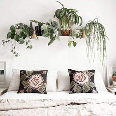 Accrocher une étagère au dessus du lit pour y faire pousser ses plantes préférées ! #mydecocrush #ideedeco #ideedecodujour #dailycrush #home #instahome #instadeco #interior #decorhome #decoboheme #bohodecor #jungalow #tropicool #bohochic #bohemianstyle #interieur123 #plant #greenlife #decojungle #urbanjungle #greeneries #bedroomdecor #decochambre #slowlife #liveauthentic : drlivinghome