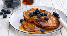 It doesn't have to be Sunday to make breakfast super special. These dairy-free banana pancakes with blueberries, covered with maple syrup and a scattering of even more blueberries, is sure to be the best meal of your day – little kids will love them. Quick Healthy Breakfast, Diabetic Breakfast, How To Make Breakfast, Vegan Breakfast Recipes, Dairy Free Recipes, Diabetic Recipes, Real Food Recipes, Vegan Recipes, Yummy Food