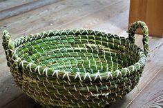 Ein sehr großer Korb, mit dem man auch Wäsche tragen kann. Aus Binsen gefertigt. 65 € Willow Weaving, Baskets, Boxes, Tableware, Crafts, Paper, Decorative Vases, Basket Weaving, Wicker