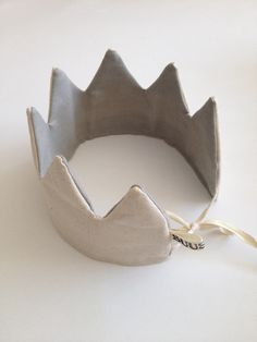 Kindersachen nähen Birthday crown - it would still be worth it for the two little ones ; Sewing For Kids, Diy For Kids, Sewing Diy, Fabric Crown, Diy Crown, Diy Bebe, Creation Couture, Diy Birthday, Birthday Badge