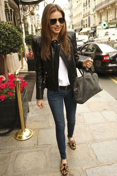 Miranda keeping it clean: simple skinnies with a white tee, flats and a leather jacket. Fail-safe.
