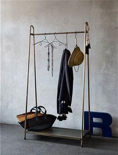 Praktische Garderobenstange von MADAM STOLTZ im Retrostil. Die Kleiderstange verfügt über eine Lochblech Ablage. Große Auswahl!