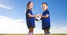 """Los niños """"calladitos y sentaditos se ven más bonitos"""", es una frase muy utilizada; sin embargo, cuando sirve de justificación para que sus hijos estén largas horas frente al televisor o a los videojuegos, podría estar provocando severos problemas de salud desde la infancia. Una de estas alteraciones es la obesidad infantil, la cual se ha triplicado en los últimos 15 años, debido al cambio en los hábitos alimenticios y a la falta de actividad física. En promedio lo niños ven de 22 a 25 horas…"""
