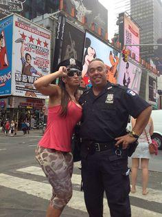 """A latinete Joyce Pinheiro em Nova York - vou citar strokes: """"New York City cops  They ain't too smart"""""""