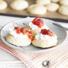 Scones kommen aus Englaand - na klar. Traditionell werden die krustenlosen Brötchen mit Clotted Cream und zum cream tea gegessen.