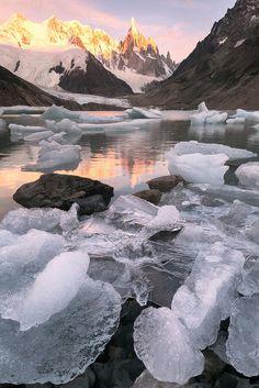 Laguna y Cerro Torre al amanecer -El Chalten, Patagonia Argentina // Foto de Ricardo La Piettra