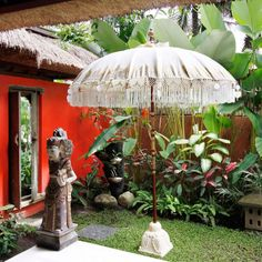 Balinese Umbrella with Classic Traditional paint Material : Wood, Bamboo, and fabrics Finish : Mowilex Clear and Mowilex 504 Packing : Each Umbrella will be covered in blachu fabric