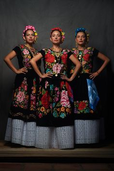 Oaxaca Diego Huerta THISWORLDEXISTS this world exists Mexico travel volunteer adventure este mundo existe women Mexican Costume, Mexican Outfit, Mexican Dresses, Mexican Style, Folk Costume, Mexican Heritage, Mexican Hair, Mexican Traditional Clothing, Traditional Dresses