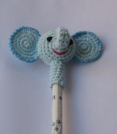 Elefante cubre lápiz.   Realizado con hilo perlé del nº 5  Cabeza y trompa : empezamos por la trompa, aro mágico y 5 puntos bajos. aumenta...