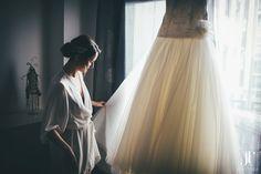 Preparativos de la novia, el vestido. Boda en el Celler de Can Torrens – Ivan + Ester | Jordi Tudela #vestidodenovia #lanovia #elegance #fotografodebodas #fotografianatural