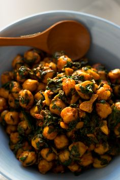 Spinach with chickpeas is a traditional Spanish recipe. Everybody loves it, even those who hate veggies, especially if you use finely chopped fresh spinach. Chickpea Recipes, Veggie Recipes, Vegetarian Recipes, Cooking Recipes, Healthy Recipes, Cheap Recipes, Recipes With Chickpeas, Chickpeas Spinach Recipe, Vegan Vegetarian