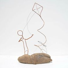 Du fil de cuivre récupéré et de bois flotté récupéré dans le fleuve Fraser, en Colombie-Britannique, est utilisé pour réaliser cet sculpture figure de cerf-volant unique. Taille approximative de 9 de large x 15de hauteur x 3,5 de profondeur. Ils sont vraiment beau, simple et élégant. Inspiré par mon père, qui était un dépliant cerf-volant avide, cette pièce est une pièce très personnelle pour moi et fait avec beaucoup de fierté et damour. Vous allez adorer cette pièce excentrique pour vou...