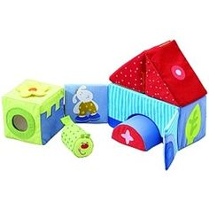 A master builder has to learn early! 6 fabric building blocks with a ton of visual and acoustic elements: giggling worm, magnetic gates, magnifying glass, squeaker, rattling triangle, touching net, mirror foil, chiming arch, effect foil, crackling blossom. Encourages first stacking, fine motor skills and sensory perception.
