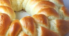 This Greek bread is mildly sweet and is rich in egg and butter, making it almost like a brioche without the complex preparation. Artisan French Bread Recipe, Artisan Bread Recipes, Easy Bread Recipes, Bread Machine Recipes, Cookbook Recipes, Greek Bread, Bread Recipe Video, Braided Bread, Pudding Recipes