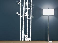 Baumstämme mit Tieren Wandtattoo in weiß auf dunkler Wand