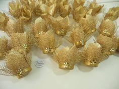 Forminha artesanal em cetim dourado, com tela escócia e tela metalizada.