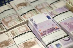 Fotos de fajos de billetes de 500 euros y de 10 euros.