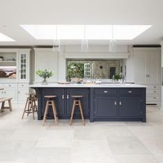 Choosing Your New Kitchen Cabinets Open Plan Kitchen Living Room, Kitchen Dining Living, Kitchen Family Rooms, Home Decor Kitchen, Interior Design Kitchen, New Kitchen, Home Kitchens, White Kitchen Floor, Kitchen Ideas