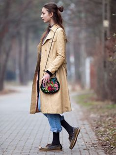 chinchilla love blogspot. long trench coat, denim jeans and sperry tops. adore the vintage embroidered purse.
