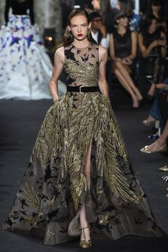 The complete Elie Saab Fall 2016 Couture fashion show now on Vogue Runway. Style Haute Couture, Couture Fashion, Runway Fashion, High Fashion, Couture 2016, Paris Fashion, Haute Couture Gowns, Steampunk Fashion, Victorian Fashion