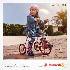 A sobreposição de tecidos com estampas diferentes cria um look descontraído para as meninas que adoram estilo e conforto! #lookbrandili