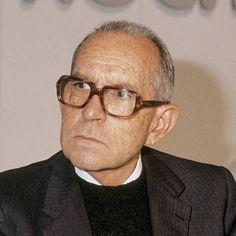 """""""Es propia de mi mundo..."""", del español Salvador Espriu (1913-1985), es el poema clásico que he escogido para ti esta semana. http://ciudadseva.com/textos/poesia/esp/espriu/es_propia_de_mi_mundo_una_reservada_felicidad.htm"""