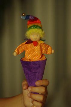 Dit speelgoed is gemaakt voor weergave en zachte spelen. Kinderen en babys genieten van het kijken naar deze kegel poppen spelen peek-a-boo met hen.  Het gemaakt met zachte katoen mix velours, wollen vulling en een stevige kartonnen kegel.   Deze pop is voor kinderen vanaf 3 jaar.   Verpakking - kleine geschenkdoos.  Verzendinformatie: koopt u meer dan één item in mijn winkel, dit object verzendkosten is $3.