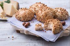 I panini alle nocciole sono una variante sfiziosa dei classici panini. Fragranti e saporiti sono perfetti da gustare da soli o da farcire!