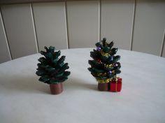 Bricolage pour noel n 2 un petit sapin r alis avec une pomme de pin id e de d coration de - Bricolage noel pomme de pin ...