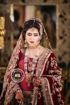 Love her look! Pakistani Wedding Outfits, Pakistani Wedding Dresses, Bridal Outfits, Indian Dresses, Pakistani Bridal Jewelry, Indian Bridal, Bridal Mehndi, Bridal Jewellery, Gold Jewellery
