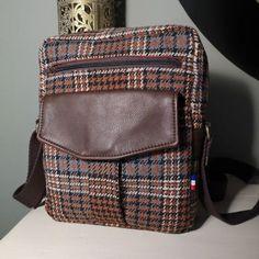 Atelier24 sur Instagram: Je n'ai pas résisté à faire la sacoche aussi ! 😉Jive, modèle Sacotin. En cuir marron vieilli @deco_cuir et lainage écossais…