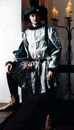 Burgundian men's robe, ca 1460, and round chaperon. Also note shoes. Tailor's - Mme Chantberry webpage