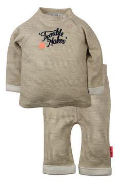 Jongens gestreept kleding setje van het merk Dirkje. Dit is een beige gestreept newborn setje bestaan uit een tshirt met lange mouwen en een broekje. De shirt heeft een blauwe tekst : trouble maker Het broekje is zonder sluiting,