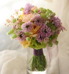クラッチブーケ リバーシブル ラベンダーを挿し色に : 一会 ウエディングの花 Glass Vase, Bouquet, Flowers, Wedding, Green, Decor, Valentines Day Weddings, Decoration, Bouquet Of Flowers