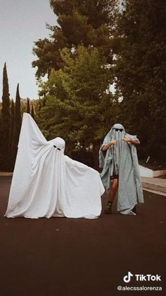 Ghost Photography, Creative Photography, Photography Poses, Cute Friend Pictures, Best Friend Pictures, Cute Pictures, Halloween Photos, Halloween Kostüm, Aesthetic Photo