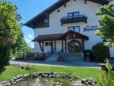 Im Eingangsbereich befindet sich ein kleiner Teich Great View, Alps, Country Style, Balcony, Mansions, House Styles, Castles, Wi Fi, Hotels