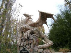 Estatua de dragón enGaiman (Chubut, Patagonia), Argentina. Hobsyllwin es uno de los protagonistas en un libro  de Cabral, Ciruelo , Fairies and Dragons.