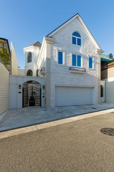 イル・ド・フランスK邸 House Balcony Design, House Design, Japan Modern House, Japanese Modern, Concrete Houses, Home Design Decor, Home Decor, Mediterranean Homes, Future House