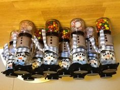 DIY Christmas Gifts. 3 baby food jars. Marshmallows. Cocoa mix. Candy or pepper mints. Draw on a snowman face and buttons. Voila!!! Easy gift!!