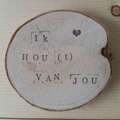 35 vind-ik-leuks, 7 reacties - Miek (@miek_huisjevangoud) op Instagram: 'Liefde is soms dichterbij dan je denkt...ontvang het óf deel het uit♡ #huisjevangoud #hout #wood…'