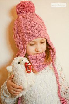 Последняя работа прошлого года) Очень мне нравится этот комплект! Надо на следующую зиму такую шапочку Эвелине связать. По-моему, ей идёт)...