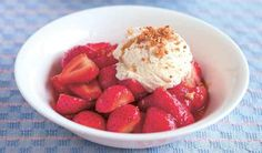 A beautifully presented strawberry pavlova from Mary Berry. With a crispy outer and soft centre, the pavlova recipe is finished with strawberries and cream. Light Summer Desserts, Summer Dessert Recipes, Roasted Strawberries, Strawberries And Cream, Strawberry Pavlova, Dinner Party Desserts, Pavlova Recipe, Mary Berry, Ottolenghi