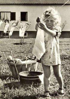 Vintage photo of a little girl hanging clothes on the clothesline Vintage Children Photos, Images Vintage, Vintage Girls, Vintage Pictures, Old Pictures, Retro Girls, Vintage Style, Retro Vintage, Photos Du