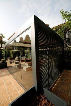 Terrasse abritée par #pergola bioclimatique Biossun avec stores latéraux brise vue. Un espace protégé des intempéries sur votre #terrasse, non accolé à votre maison. Pour vos projets de pergolas sur le Rhône et le Nord-Isère, rendez-vous sur http://www.avantages-habitat.com/travaux-pergola-a-lames-alu-130.html