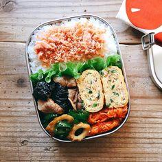 まるさんはInstagramを利用しています:「2017/05/21 今日のお弁当。 ・豚肉と茄子の生姜焼き ・ピーマンと竹輪のきんぴら ・人参のガレット ・鶏そぼろとネギ入り卵焼き * 梅干しすっぺ〜言われたので鮭フレークで。 みなさま素敵な休日を٩( 'ω' )و❤︎ . .…」