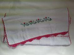 Pano de Prato Bordado Ponto Cruz - Arabescos e flores rosas B004. Pano de prato bordado - arabescos e flores rosas, 100% algodão, no tamanho 45 cm por 70 cm, com acabamento em crochê rosa. R$ 22,90  http://saluarts.airu.com.br/